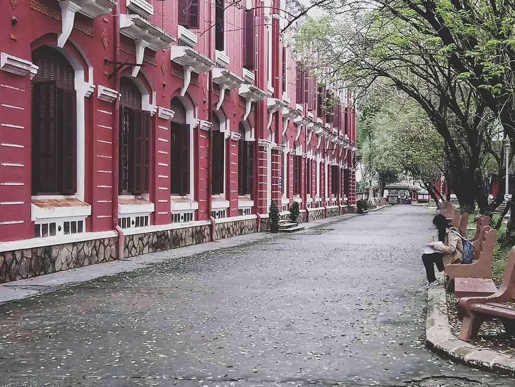 Nét đẹp lưu lại hơn một thế kỷ của ngôi trường hồng bên sông Hương – Quốc Học Huế